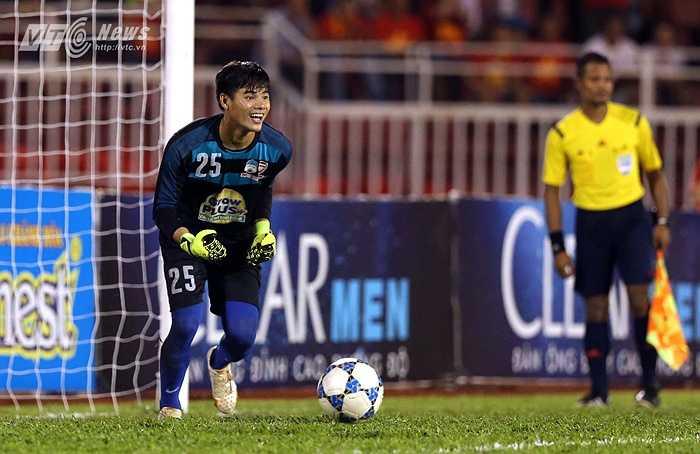Chưa hết, bóng tiếp tục tìm đến cột dọc ở lượt sút sau đó của U21 Việt Nam dù Minh Hoàng cũng chọn sai hướng. (Ảnh: Quang Minh)