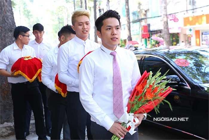 Quang Huy bảnh bao cầm bó hoa đến nhà gái.