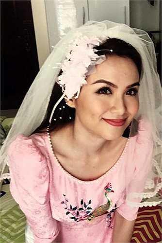 Trong khi đó, cô dâu Diễm Hương trang điểm rạng rỡ, diện áo dài cưới của nhà thiết kế Thuận Việt may dành riêng cho cô để chuẩn bị cho lễ thành hôn.