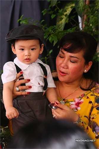 Bé Noah, con trai Diễm Hương - Quang Huy cũng lần đầu lộ diện trong đám cưới bố mẹ. Để giữ cho đám cưới ấm cúng, gia đình Diễm Hương hạn chế người ra vào, thắt chặt an ninh.(Nguồn: Ngôi sao)