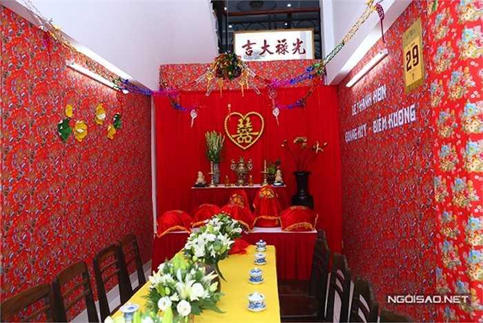 Hình ảnh những tờ giấy dán tường hoa văn đỏ thường thấy trong những năm 90 được sử dụng làm đẹp cho ngôi nhà.