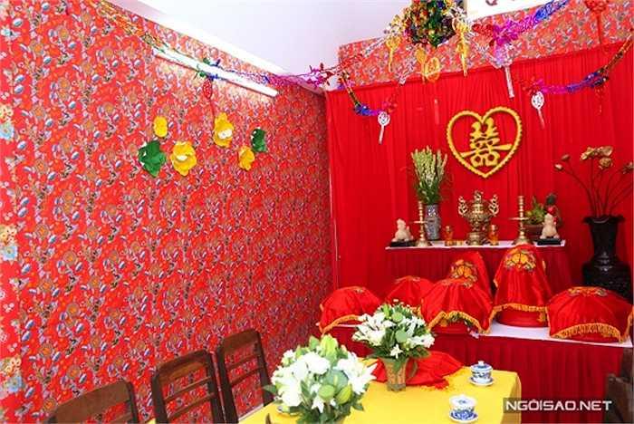 Các chi tiết được chuẩn bị tỉ mỉ từnhững chiếc ghế, chén uống nước. Bàn thờ gia tiên đơn giản với tông màu đỏ.