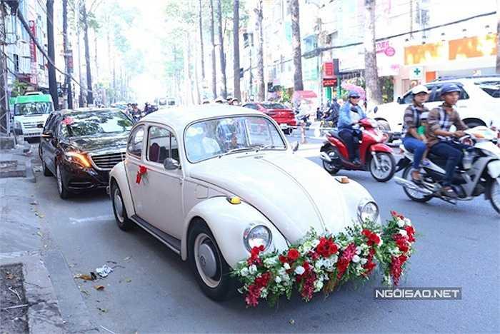 Sáng nay, chú rể Quang Huy đi cùng dàn xe cổ đến nhà Diễm Hương để chính thức hỏi cưới cô.
