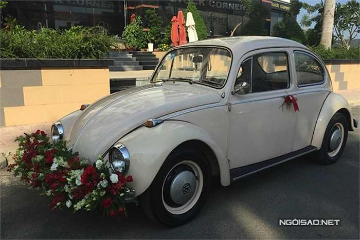 Chiếc xe hoa cũng theo phong cách cổ.