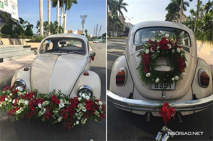 Xe được trang trí với tông màu đỏ trắng lãng mạn.