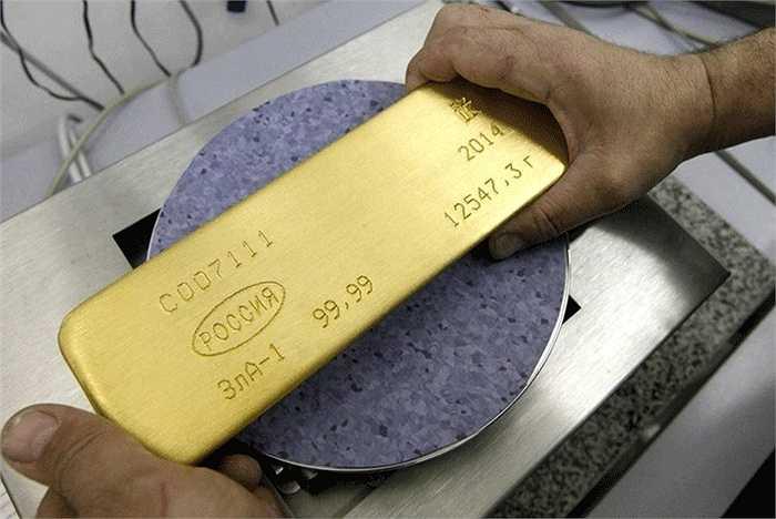 Sau khi chạm khắc, thỏi vàng được đặt lên cân để xác định trọng lượng.