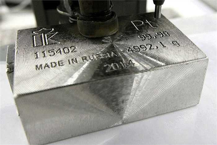 Một thỏi bạch kim 99,98% sản xuất trong năm 2014 tại nhà máy Krastsvetmet. Công ty cho biết, trong năm 2025, họ sẽ tăng sản lượng bạch kim lên đến 154 tấn.