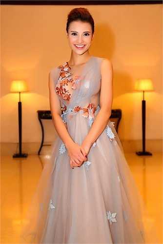 Cách phục trang dạn dĩ giúp cô thu hút mọi ánh nhìn.