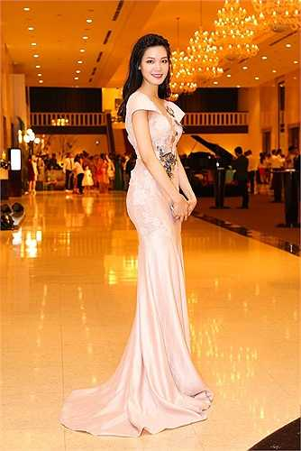 Chiếc đầm ren màu hồng phấn được thiết kế đơn giản, làm tôn vẻ đẹp của Hoa hậu Việt Nam 2008 Thùy Dung.