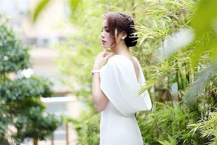 Cô được khen ngày càng xinh đẹp so với thời điểm mới đăng quang Hoa hậu Việt Nam 2014.