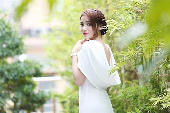 Ngay sau khi kết thúc sự kiện khai trương, Kỳ Duyên vội vàng ra sân bay trở về Hà Nội để chuẩn bị cho lịch chụp hình quảng cáo.