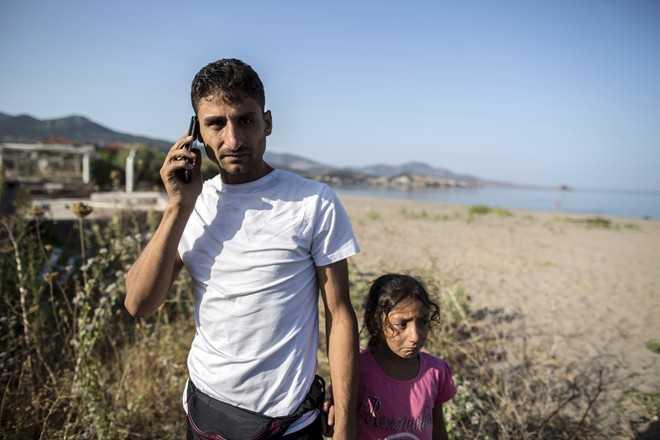 Ihbar, 30 tuổi, gọi điện về cho gia đình sau khi cập bến thành công đến đất châu Âu sau một hành trình dài. Ảnh: Cnet.