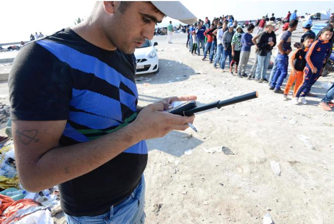 Điện thoại vệ tinh được cung cấp cho những người không mang theo smartphone. Ảnh: Cnet