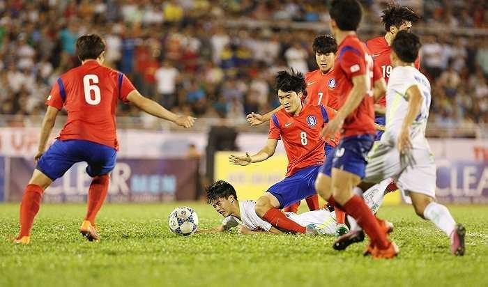 U19 Hàn Quốc bao vây tiền đạo Văn Toàn của U21 HAGL. Văn Toàn và các đồng đội không thể vượt qua được các cầu thủ đến từ xứ Kim Chi trong trận ra quân đầu tiên của họ. Họ sẽ có dịp phục thù ở trận chung kết chiều nay
