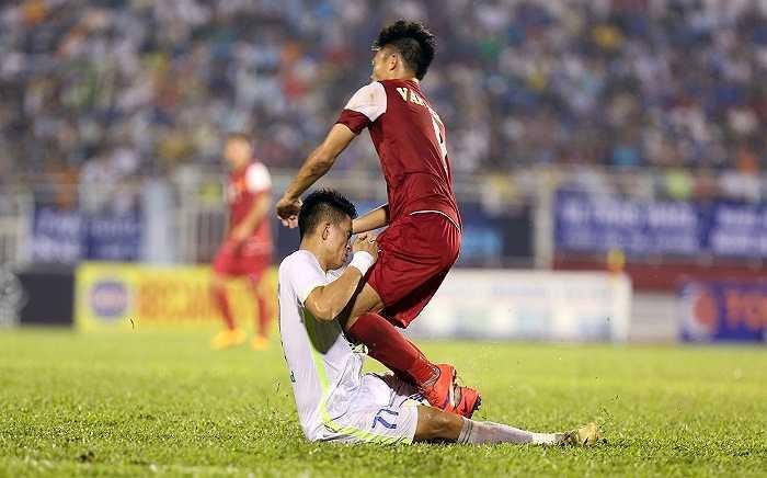 Trung vệ Thân Thắng Toàn lấy cả thân mình để cản phá pha đi bóng của Văn Thành – Cầu thủ xuất sắc nhất giải U21 quốc gia Cup Clear Men. Những pha bóng lăn xả hết mình của trung vệ cao nhất bên phía U21 HAGL này phần nào hạn chế được sức mạnh của U21 Việt Nam.