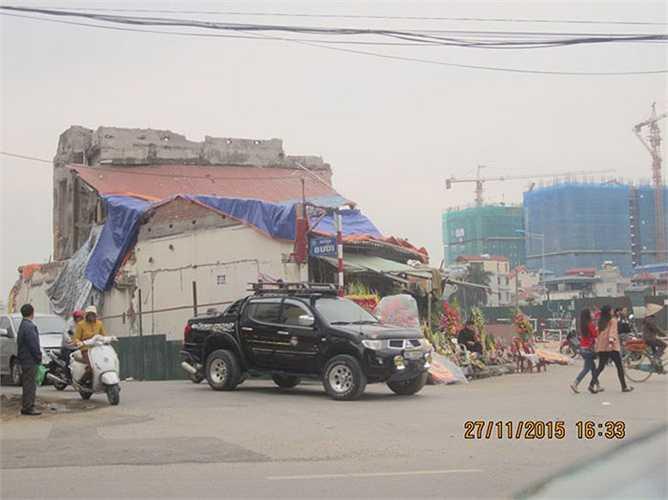 Tại khu vực ngã tư đường Bưởi - Lạc Long Quân giao cắt với đường Hoàng Hoa Thám - Hoàng Quốc Việt, hàng loạt ngôi nhà đã bị giỡ bỏ để phục vụ cho dự án đường trên cao vành đai 2 (đoạn Nhật Tân - Cầu Giấy đang thi công) nhưng không hiểu vì sao vẫn còn một ngôi nhà nằm trơ trọi, gây ảnh hưởng không nhỏ cho quá trình thi công cũng như các phương tiện khi lưu thông qua đây.