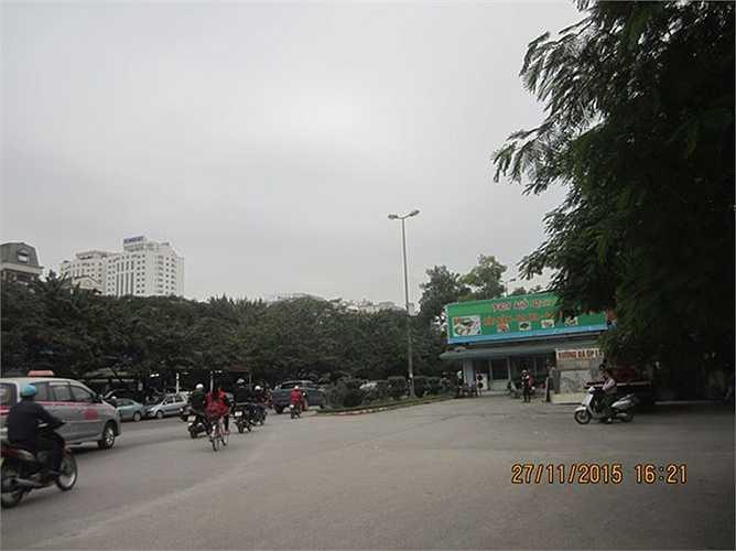 Đường Nguyễn Văn Huyên nối dài từ ngã ba đường Hoàng Quốc Việt - Nguyễn Văn Huyên tới ngã ba Cầu Giấy được đánh giá là một trong những con đường 'đắt giá' của Việt Nam, tuy nhiên, đoạn đường này vẫn còn một vấn đề nan giải nhiều năm chưa giải quyết được. Cụ thể, tại đoạn đầu giao với đường Hoàng Quốc Việt (từ số 2 đến số 48) tồn tại một 'nút cổ chai' với hàng chục ngôi nhà chưa được giải tỏa.