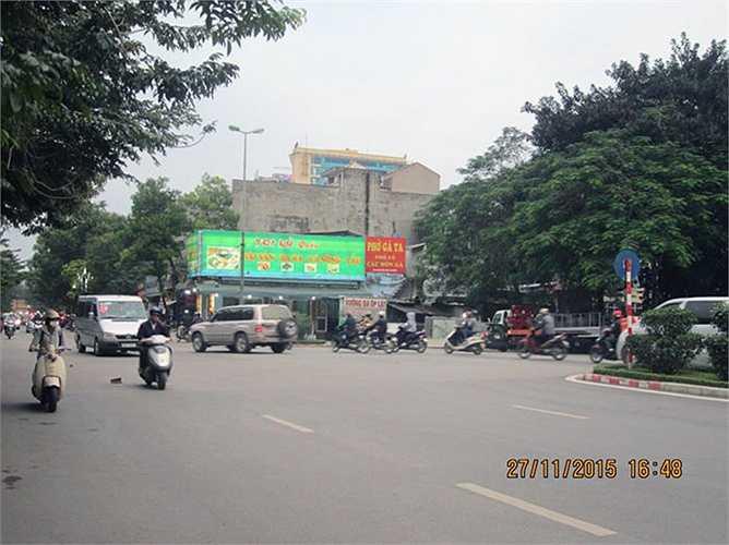 Nếu di chuyển từ phía Nguyễn Khánh Toàn tới Hoàng Quốc Việt, người và phương tiện buộc phải lưu thông qua khu vực có nút thắt 'cổ chai' này trước khi hoà chung với các phương tiện đi ngược chiều vì không có giải phân cách giữa như đoạn trước của đoạn đường này.