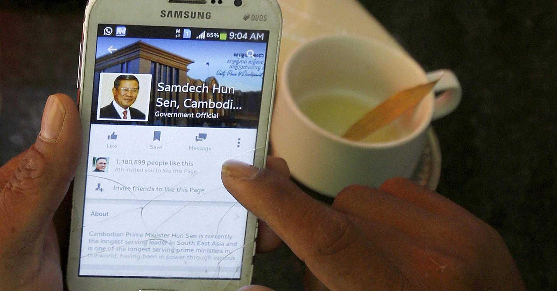 Một người truy cập vào trang Facebook của ông Hun Sen từ điện thoại di động