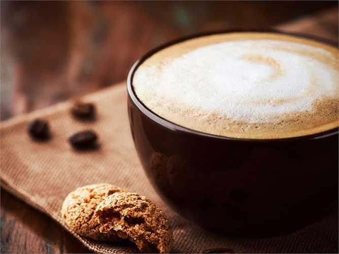 Cà phê và thực phẩm chứa caffeine: Caffeine có trong cà phê làm bạn thường xuyên phải đi tiểu. Nó ảnh hưởng đến hormone chống lợi tiểu mà làm cho bạn đi tiểu.