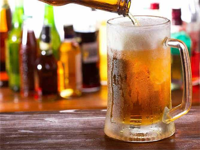 Bia: Cũng giống như caffeine, bia tác động đến ADH  làm cho bạn vào nhà vệ sinh thường xuyên.