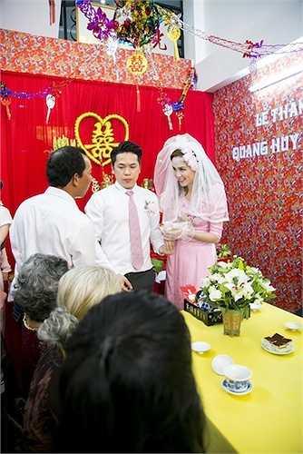 Diễm Hương e lệ bên chồng mới cưới.