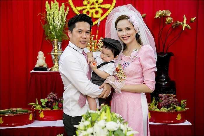 Diễm Hương và chồng chính thức khoe con trước truyền thông, bạn bè.