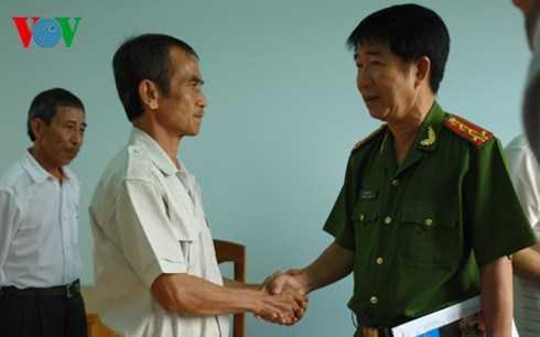 Đại tá Phạm Thật - Phó Giám đốc Công an tỉnh Bình Thuận bắt tay ông Nén