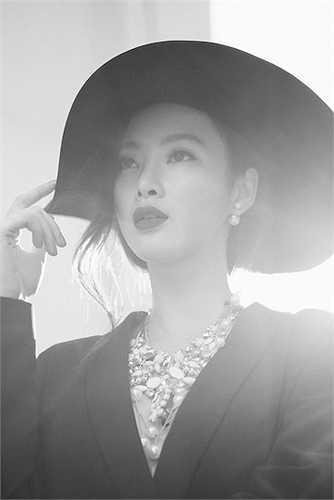 Angela Phương Trinh vừa thực hiện một bộ ảnh mới tại ngôi biệt thự cổ nằm trong khuôn viên Bảo tàng Mỹ thuật TP HCM.