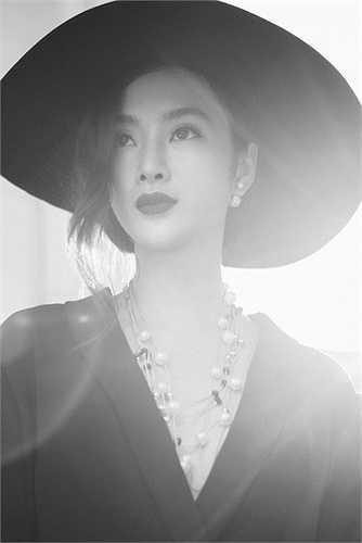 Với mong muốn khai thác trọn vẹn nét kiêu kỳ, quyến rũ nhưng vẫn gợi cảm, thanh thoát của nữ diễn viên 20 tuổi, Bobby Nguyễn đã chọn bối cảnh này để làm tăng thêm sức cuốn hút từ người đẹp.