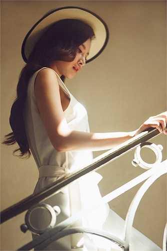 Không chỉ tập trung cho các vai diễn điện ảnh, Phương Trinh còn được truyền thông và khán giả đánh giá cao với hình ảnh thanh lịch, quyến rũ của lứa tuổi 20.