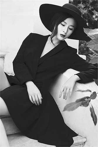 Qua ống kính của Bobby Nguyễn, nữ diễn viên 'Vệ sỹ, tiểu thư và thằng khờ' hiện lên đầy quyến rũ và gợi cảm, nhưng cũng đậm chất hư ảo của một 'thần tiên tỷ tỷ'.