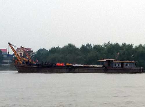 Các lực lượng chức năng vẫn đang tiến hành trục vợt chiếc sà lan bị đâm chìm trên sông Cấm (Hải Phòng)