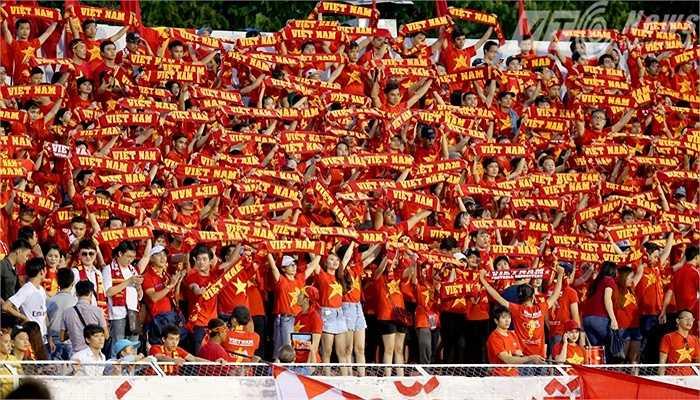 Các CĐV có mặt rất đông và cổ vũ rất nhiệt tình cho các cầu thủ. (Ảnh: Quang Minh)