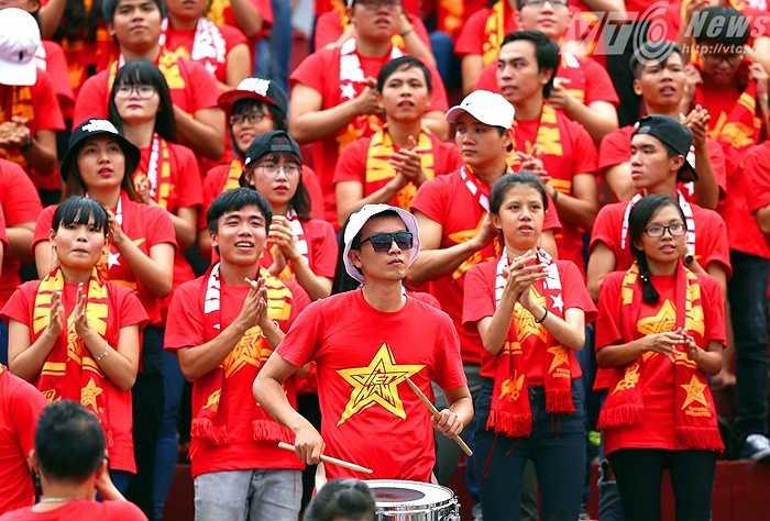 Nếu không biết, rất dễ có người lầm tưởng là ĐTQG Việt Nam đang thi đấu. (Ảnh: Quang Minh)