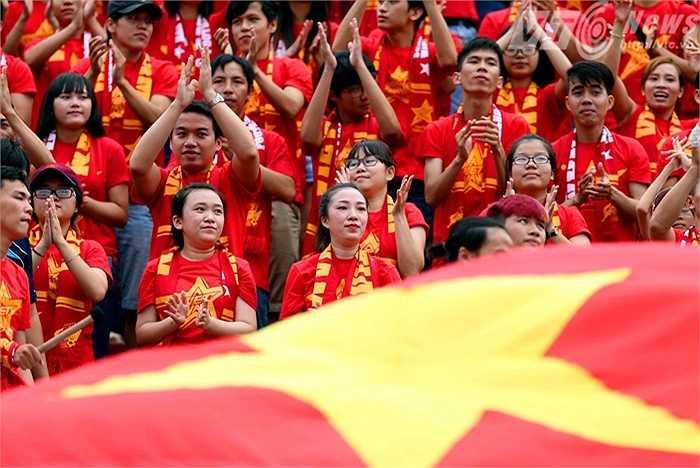 Trên sân Thống Nhất, lá đại kỳ Việt Nam luôn tung bay phấp phới. (Ảnh: Quang Minh)