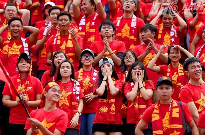 Hội CĐV Việt Nam cổ vũ rất chuyên nghiệp với đồng phục áo đỏ sao vàng. (Ảnh: Quang Minh)