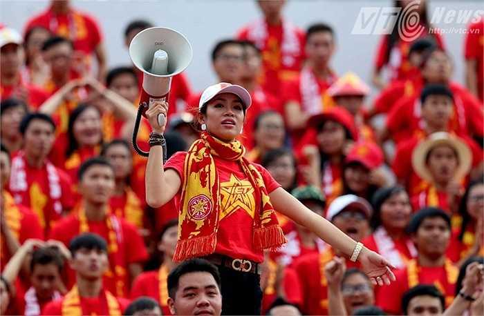 Đỗ Hoàng Yến- nữ cổ động viên nhiệt thành bậc nhất Việt Nam. (Ảnh: Quang Minh)
