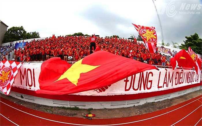 Khán giả ở thành phố mang tên Bác đã bị 'đói' bóng đá đỉnh cao từ rất lâu. (Ảnh: Quang Minh)