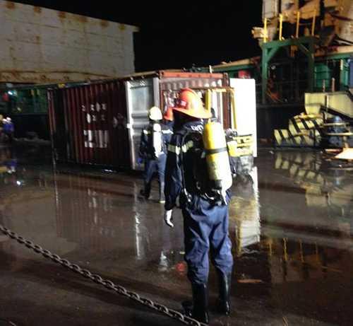52 cán bộ, chiến sỹ tham gia chữa cháy đang bị nhiễm độc, được đưa đến 2 bệnh viện cấp cứu, điều trị