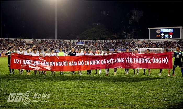Sau khi đánh bại U19 Hàn Quốc để bảo vệ thành công chức vô địch, toàn đội U21 HAGL đã căng băng rôn cảm ơn người hâm mộ cả nước theo cách Arsenal khi sang Việt Nam đã làm. (Ảnh: Quang Minh)