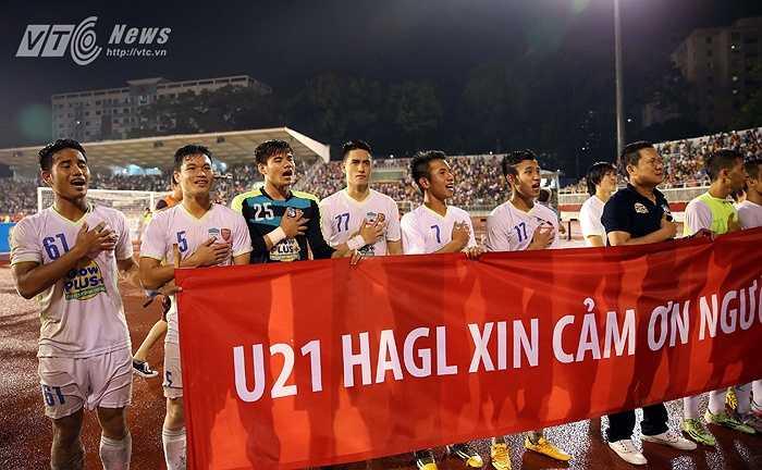 Các cầu thủ phố Núi còn để tay lên ngực hát Quốc ca đầy xúc động. (Ảnh: Quang Minh)