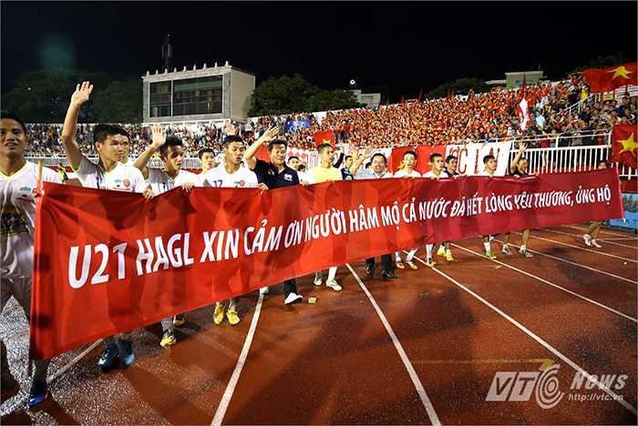 Sau giải đấu, Công Phượng và Tuấn Anh cũng chia tay người hâm mộ nước nhà để sang Nhật Bản thi đấu. (Ảnh: Quang Minh)