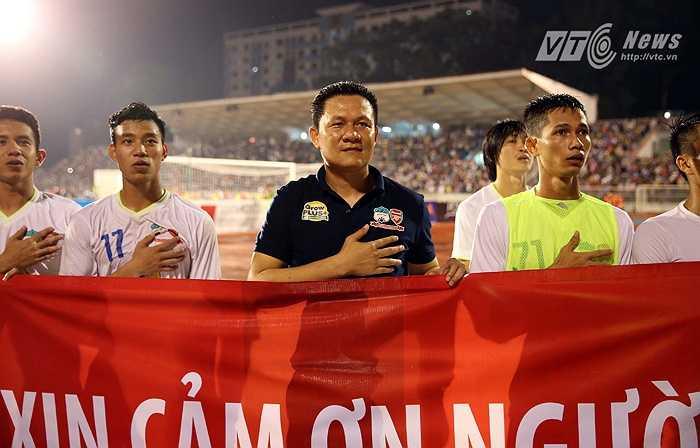HLV Nguyễn Quốc Tuấn đã có danh hiệu đầu tiên cùng U21 HAGL. (Ảnh: Quang Minh)