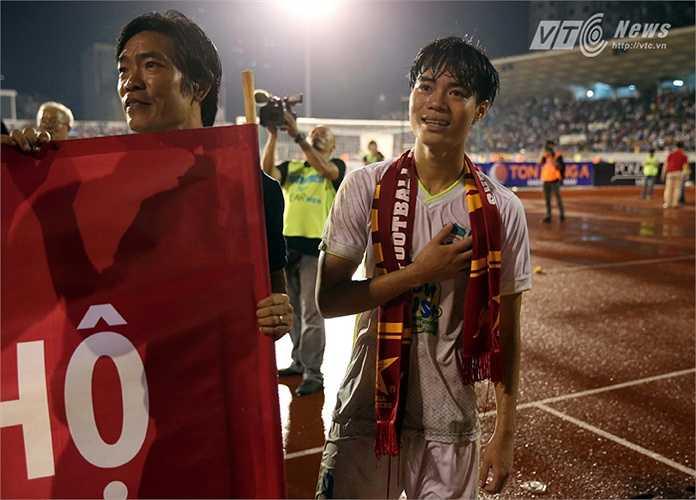 Văn Toàn không ghi bàn nhưng có một trận đấu khiến người xem phải ngả mũ trước tinh thần và khả năng chạy của anh. (Ảnh: Quang Minh)