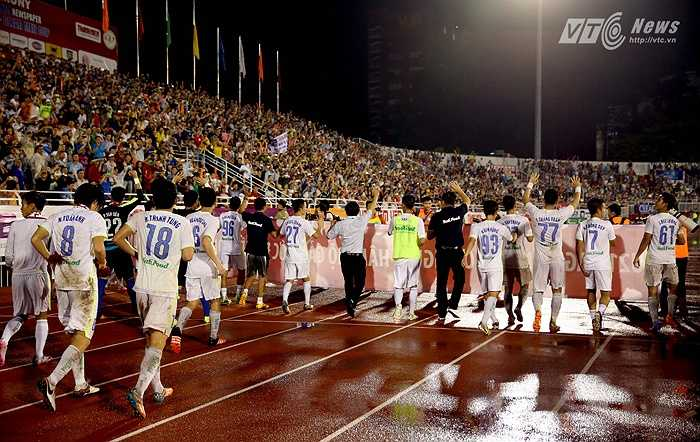Người hâm mộ ở lại sân rất đông, chia vui cùng HAGL. (Ảnh: Quang Minh)