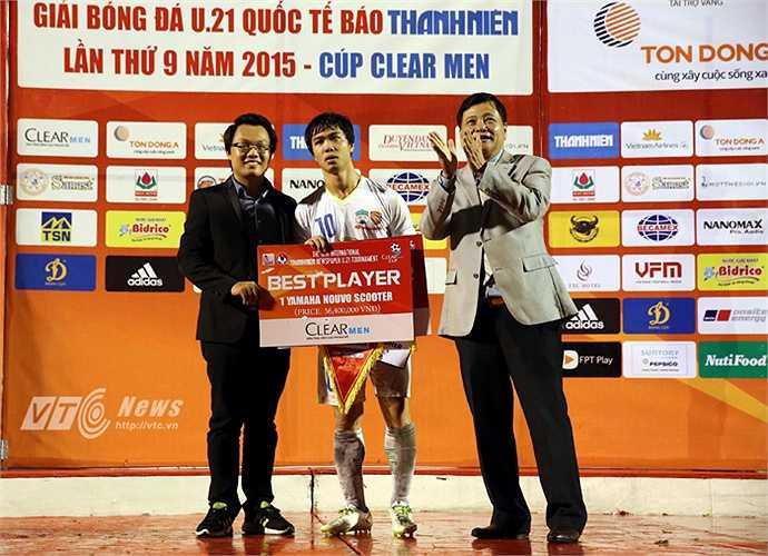Công Phượng nhận bốn danh hiệu sau trận chung kết. Đó là 'Vua phá lưới' (5 bàn), 'Cầu thủ xuất sắc nhất giải', 'Cầu thủ Việt Nam xuất sắc nhất' và 'Bàn thắng đẹp nhất giải'. (Ảnh: Quang Minh)