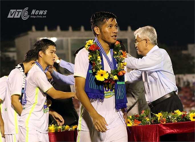 Việt Hùng là người đã vào thay Tuấn Anh khi cầu thủ quê lúa bị đau. Ngay sau anh là cầu thủ mới nổi ở HAGL Kim Hùng. (Ảnh: Quang Minh)