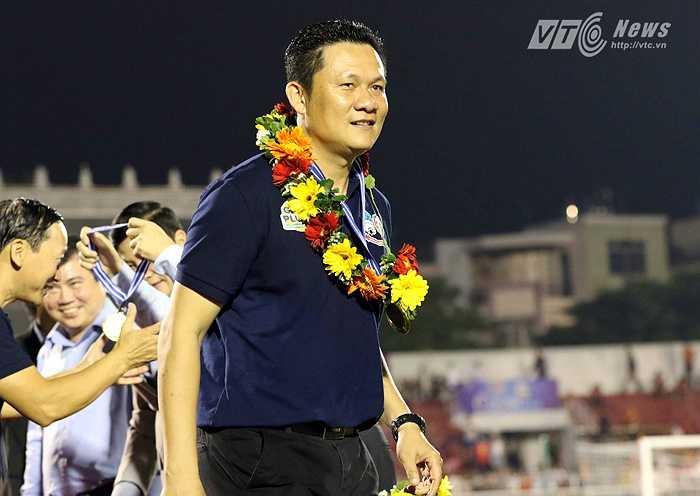 HLV Nguyễn Quốc Tuấn rạng ngời. Đây là chức vô địch thứ 2 giải U21 Quốc tế của ông Tuấn. Trước đó, ông từng dẫn dắt U21 Việt Nam vô địch năm 2011. (Ảnh: Quang Minh)