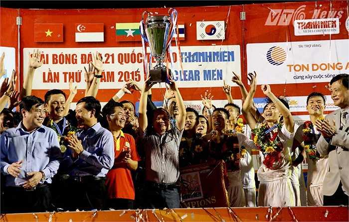Bầu Đức cũng có mặt ở bục nhận giải để nâng chiếc Cup vô địch. Đây là lần thứ 2, ông Đức chạm tay vào chiếc Cup này. (Ảnh: Quang Minh)